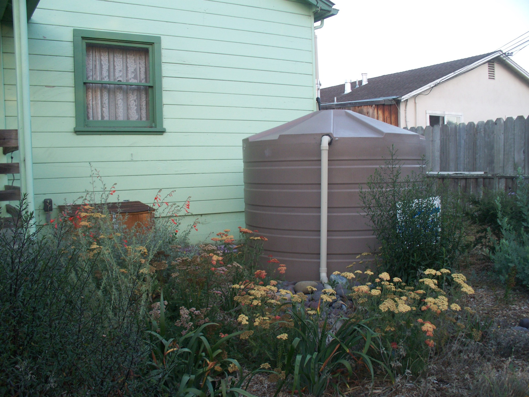 Cisterns and rain barrels monterey bay friendly landscaping for Cistern plans